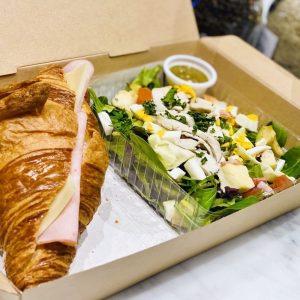 「ハムとチーズのクロワッサンサンド & チキンコブサラダ」1,480円。オーガニックコーヒー付き。