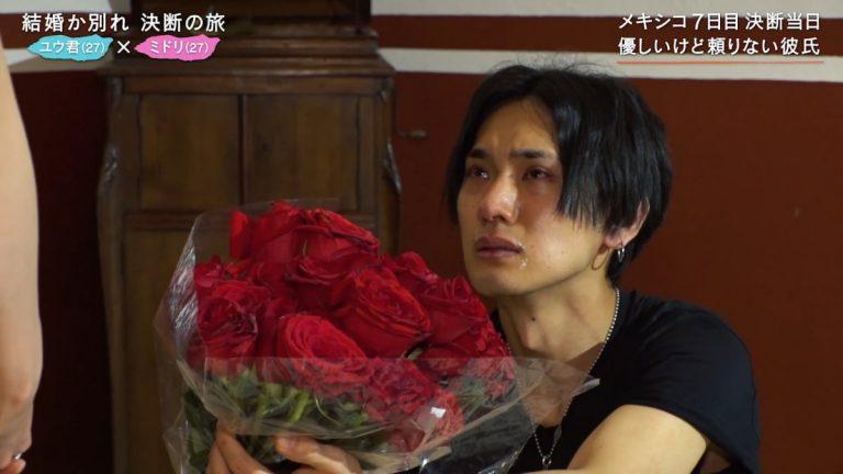 バラの花束を持って愛の告白!