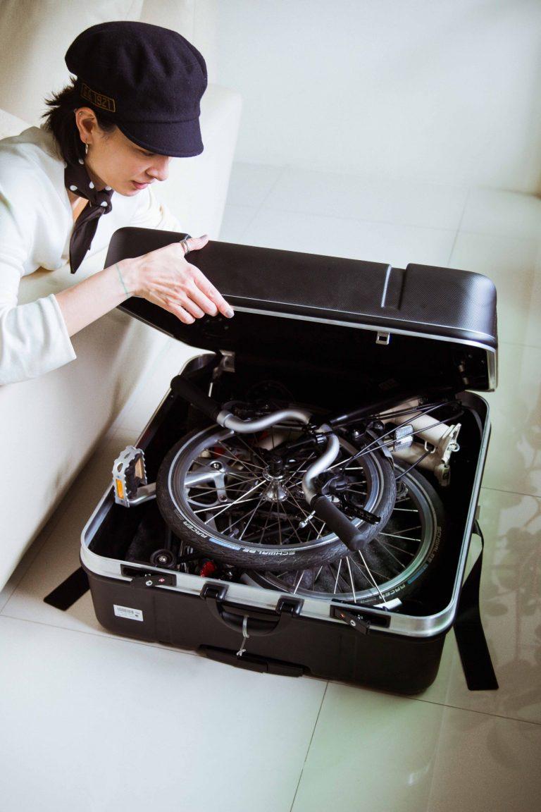 海外の場合、荷物は20キロと決まっている ので、荷物は極力少なめに。白い〈ブロンプトン〉の折りたたみ自転車を持っていく。