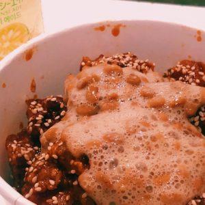 話題の韓国料理に納豆カスタム!浅草〈アリランホットドッグ〉のヤンニョムチキンをデリバリー。