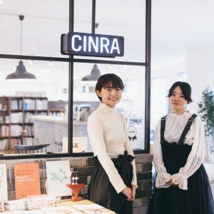 〈CINRA〉オフィスのエントランスにて。固定のデスクはないため、好きな場所で作業ができる。