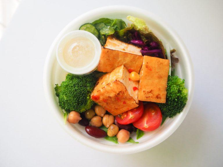 Vegan、ダイエットに。「厚揚げチリソースのサラダボウル」1,200円(税込)。