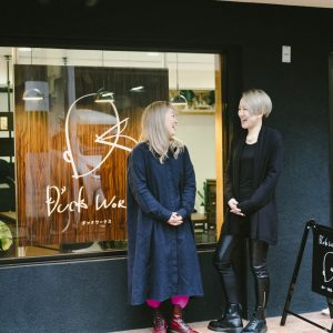 京都市左京区に、今年2月にオープンしたオフィス〈DUCK WORKS LAB.〉の前で談笑する2人。