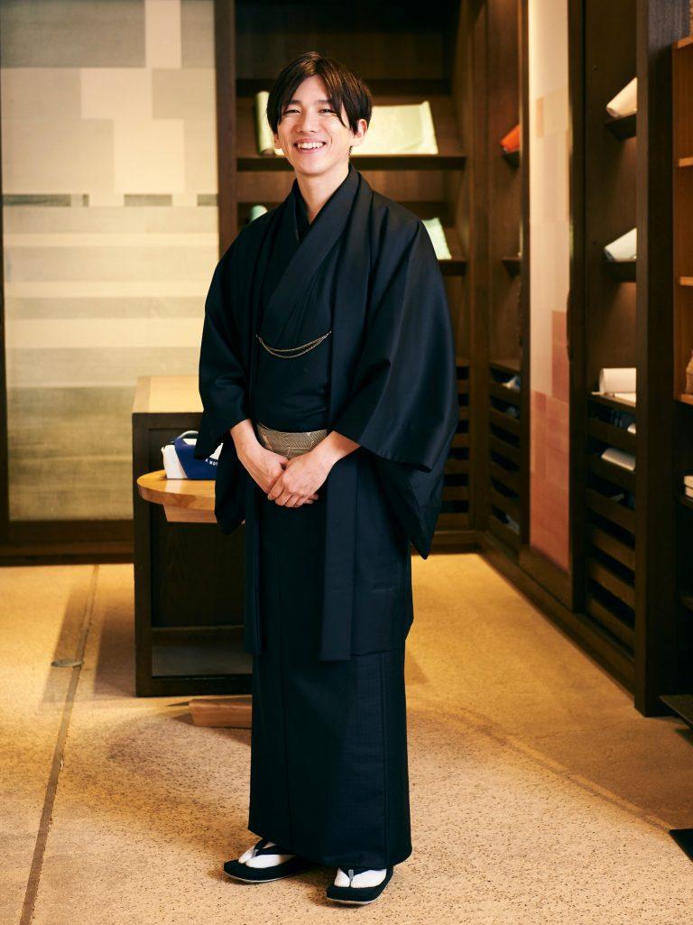 泉二啓太(もとじ・けいた)/〈銀座もとじ〉 二代目。ロンドンの大学でファッションを学び、その後2009年に入社。日本全国の産地を巡り、オリジナル商品の開発や着物づくりの工程体験プロジェクトを手がけるなど、きもの文化を若い層にも広げようと活動中。