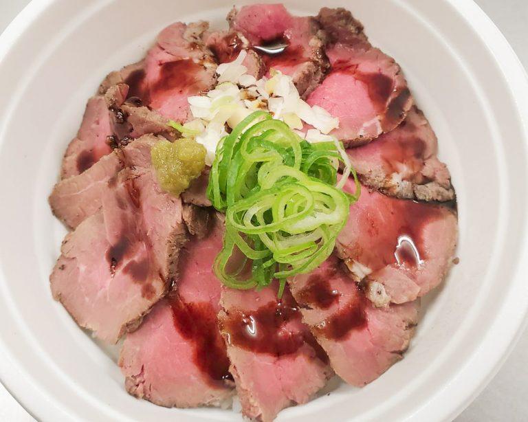 ご飯気分のときには「塩ローストビーフ丼」800円(税込)がおすすめ。牛の旨味をお楽しみください。