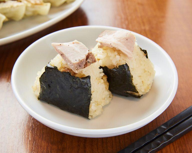麺のお供は「一口チャーシューおにぎり」290円(税込)で決まり!塩と同店のチャーシューを使用したサイドメニュー。