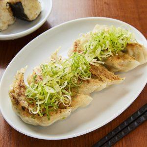 「手作り塩焼き餃子(5個)」550円(税込)は、自家製塩ダレで召し上がれ。