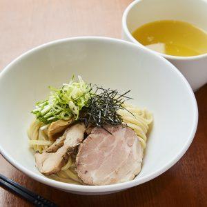 「香彩鶏だし塩つけ麺」950円(税込)は、Instagram「塩ラーメン」部門で一位を獲得したラーメンのつけ麺バージョン。
