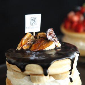 「椿けーき」の「ちょこバナナ」1,800円。自家製チョコソース、ばなな、北海道産生クリームで仕上げた、ちょこばななけーき。キャラメリゼしたばなながアクセントに。