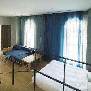 大きなアーチ型の窓が登録有形文化財そのもの。客室は個室タイプ10種類の全49室。