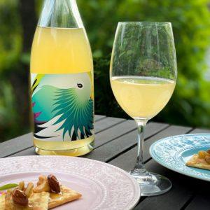 「デラ フレスカ フリッツァンテ」の名前の通り、デラウェアからフレッシュな香りを引き出した微発泡ワイン。シャープな酸味で、後味がスッと引いていきます。  ワインの酸味が料理に加わることで、揚げ物もさっぱりと軽やかな味わいに。ナッツやチーズをのせたクラッカーとも、相性ぴったり!