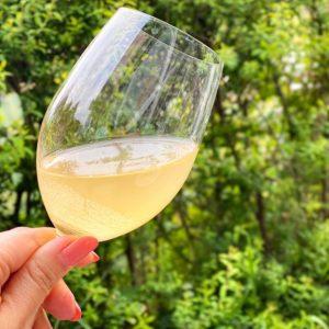 グラスに注ぐと、青みのある爽やかな香りがふわり。優しい黄色みのワインは、清涼感がありこの季節にぴったり!  ひんやり冷やしてから飲むと、酸味がより一層引き立ちます。