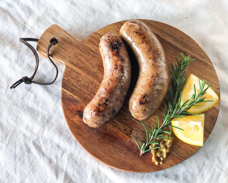 〈PURE FARM〉がいちばん食べて欲しいというソーセージがこちらの「フランクフルト」。ごくごくシンプルな材料を、薫り高い Peach Wood (桃の樹)で燻した、豚肉のうまみをダイレクトに感じられる1本です。お肉がみっちり詰まっていて、ボリューム満点!