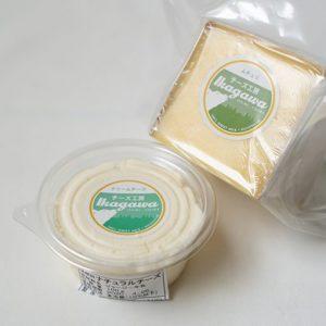 〈チーズ工房IKAGAWA〉では現在4種類のチーズを通信販売していますが、今回お取り寄せしたのは「ムチュリ」と「クリームチーズ」の2つです。「ムチュリ」100gあたり950円、写真は1/4サイズで240g。「クリームチーズ」100g入り1パック450円。送料別。「ムチュリ」の賞味期限は約1カ月。今回届いた「クリームチーズ」は到着から1週間ほど先が賞味期限になっていました。