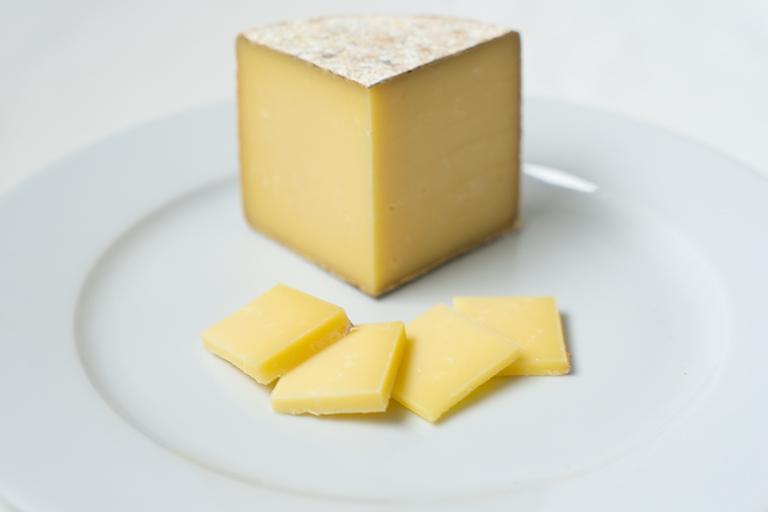 〈チーズ工房IKAGAWA〉自慢の「ムチュリ」。チーズ好きな人でも「ムチュリ」という名前に耳慣れない人も多いはず。先代がスイスのとある村で作り方を習ってきたという日本では珍しいチーズで、表面がカビで覆われているウォッシュタイプのセミハードチーズです。〈チーズ工房IKAGAWA〉では工房の裏にある洞窟の中で手入れをしながら数カ月にわたって熟成させています。