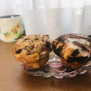 オレオが2つもマフィンに刺さっている「オレオ&チョコチップのマフィン」は、見た目にもインパクト大!たっぷりのチョコチップとザックザクのクッキーの食感が楽しい、〈Daily's muffin〉の看板マフィンです。 そしてトースターから出すとふわっとホワイトチョコの甘い香りが香ってきた「抹茶&ホワイトチョコのマフィン」。生地にもホワイトチョコが練りこまれていて、濃い目の抹茶の味わいとうまくマッチしています。