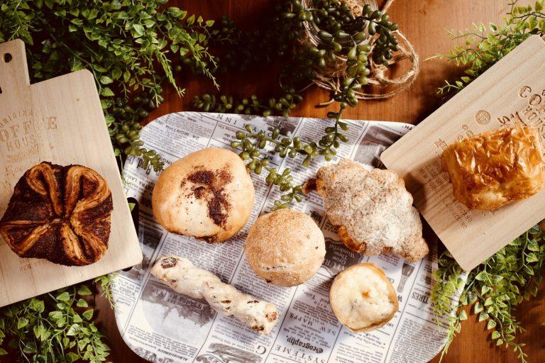 お取り寄せでは、「STAY HOME〜おうち時間を楽しむ〜」企画として「パンの詰め合わせ」をオンラインで発売中!チョコレートを熟知した〈ダンデライオン・チョコレート〉のペストリーシェフが生み出したのが、今回オンライン注文した「パン詰め合わせ (7個)」。蔵前のキッチンでひとつひとつ心を込めて作っているそう。