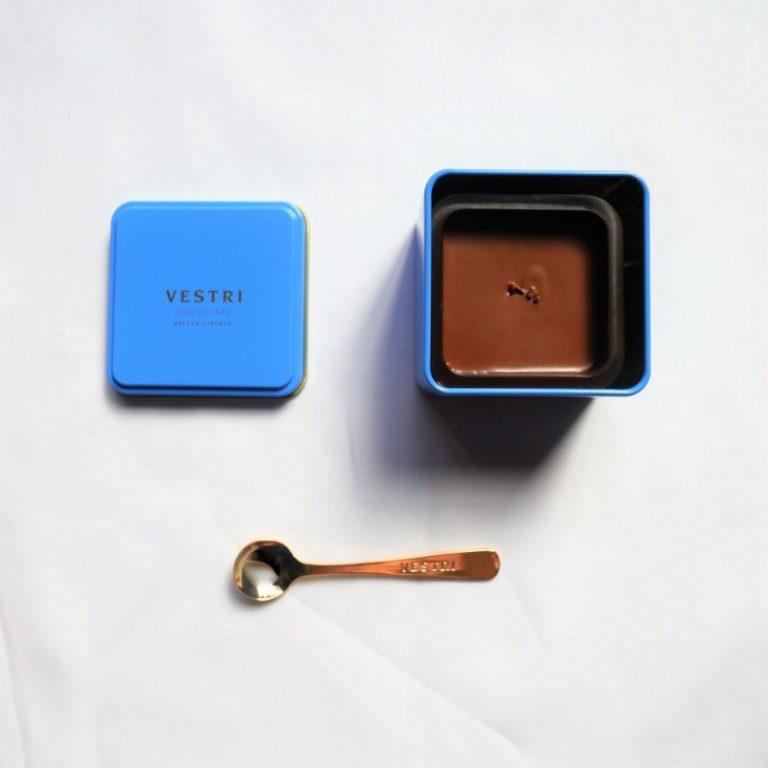ミルク不使用のビターなカカオが香る特徴の「フォンデンテ」。こちらはサラダのドレッシングにも使えると聞いて、チャレンジしてみました!湯煎で溶かした「フォンデンテ」にバルサミコ酢とオリーブオイルを加えて、ドレッシングに。なめらかなドレッシングが好きな人は、目安として「フォンデンテ」:バルサミコ酢:オリーブオイルを1:2:1の割合で混ぜてみて下さい。お皿の中心にドレッシングを入れた缶を置くと、華やかな見栄えにもなり、ちょっとしたパーティー気分に♪チョコレートのドレッシングって美味しいのかな?と半信半疑で作ってみましたが、バルサミコ酢の酸味とジャンドゥイアのコクがマッチしていて、意外とハマりました!