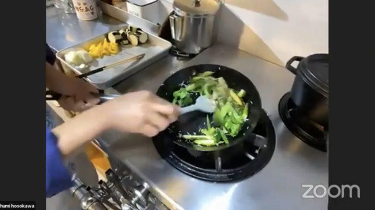 具材がフライパンの底にくっつきやすいため、炒めるときはゴムベラが便利。
