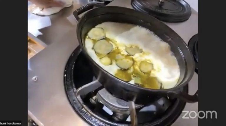 煮込んでいる最中は、表面に小さい気泡が出る状態をキープ。表面のアクはまめに取り除くこと。