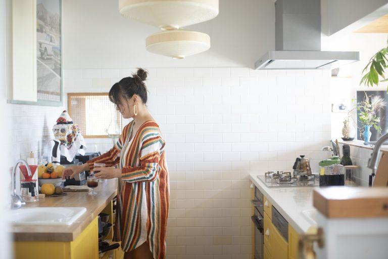 千明さんが一番こだわったキッチンは数人と調理を楽しめる広々設計。ビタミンカラーの黄色もポイントだ。