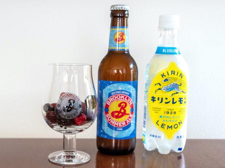 グラスの約4分の1に冷凍フルーツを入れる。