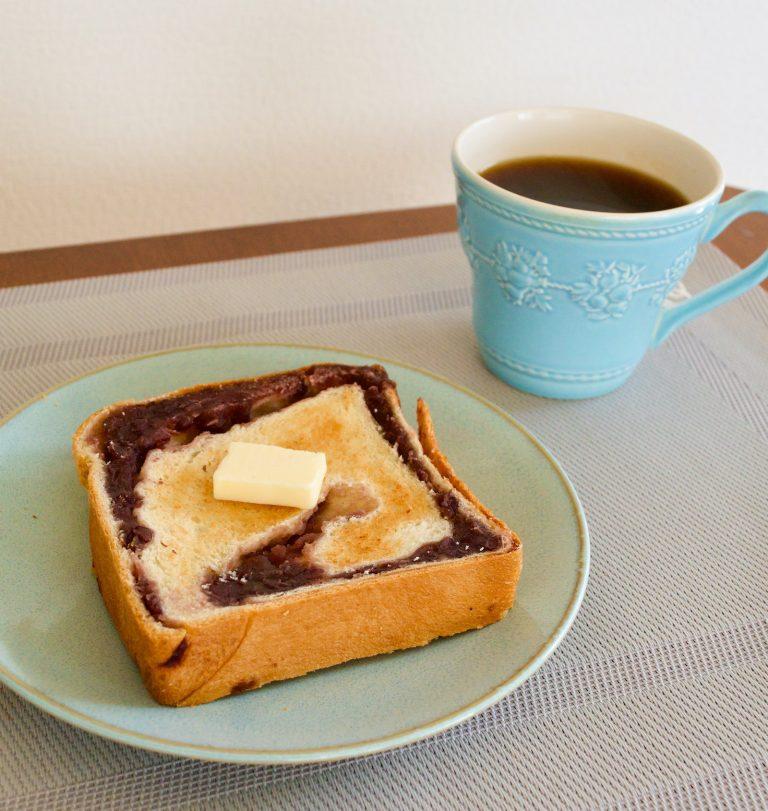 消費期限は製造日を含め4日以内。期限内に食べるのが難しいときは、スライスして1枚づつラップに包んで冷凍庫へ。約1カ月保存できます。  冷凍した「あん食」はトースターで焼いて、バターを塗るのもおすすめです。トーストすることで、外カリっ中モチで、より香ばしい味わいに。さらにバターを加えることで背徳感すら覚える濃厚スイーツに早変わり。