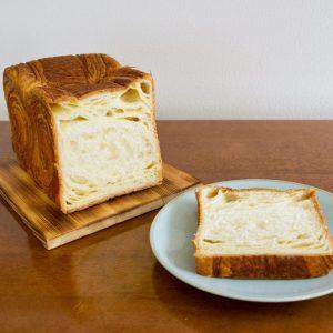 一般的な食パンより、しっとりとしていてバターミルクの甘みを感じます。  そのままでもおいしいですが、個人的にはトーストするのがおすすめ。焼いている途中からバターの香ばしさが部屋中に広がり……一口かじるとバターの甘みがジュワ~と口の中に広がります。