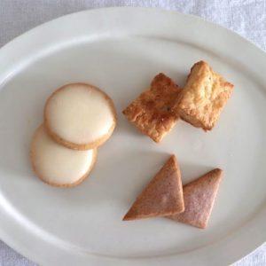 少しずついろんな種類の焼き菓子を楽しんでもらえるようにと作られた、10種類のクッキーたちを特別に公開します。  まずは缶を開けた瞬間、真っ先に食べたい!と思った「レモンクッキー」、香ばしい匂いにやられてついつい手に取ってしまった「チーズクッキー」に、 ほんのりピンクの春気分な「ラズベリークッキー」を。  口どけの儚さと余韻が印象的なのが「レモンクッキー」と「ラズベリークッキー」。用意したコーヒーも抜群の相性で美味しい!サクッと香ばしい「チーズクッキー」を間に挟みながら食べると、これまた贅沢。