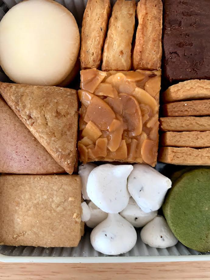 風味に合わせて食感に変化を持たせた〈Afterhours(アフターアワーズ)〉のクッキー。すべて香料などの余計なものは使用しておらず、シンプルに素材の味を楽しめるようになっています。  そして詰め方もまたしかり。四角の缶を開けると10種類のクッキーが美しく詰められており、思わず歓声がこぼれるほど。