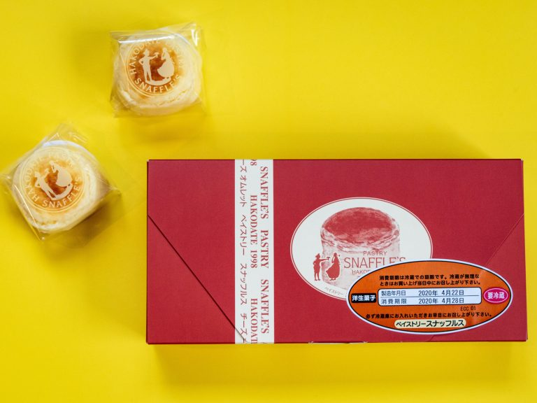 一番人気の「チーズオムレット」。北海道産のクリ-ムチーズに、低温殺菌の山川牛乳や純穀物卵など、北海道の新鮮な素材をたっぷり使用しています。  口の中に入れた瞬間に、なめらかな食感が広がりとろけます。しっとりとしたスフレに、濃厚なチーズのミックスが絶妙でおいしい! 食べやすいので、ついついもう一つと手が伸びちゃいます。手のひらサイズのチーズケーキなので、そのまま食べることもできますが、ふわっふわなので、お皿の上で食べるのがおすすめです。