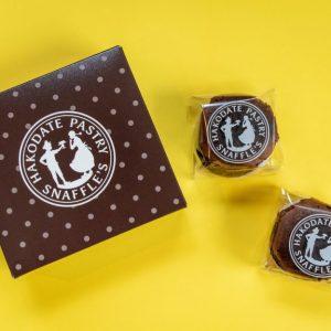 表面はややかため、中心がとろっと、なめらかな食感が特徴的なチョコレートケーキ。チョコレート本来のカカオの香りが楽しめます。濃厚なので、お供にはコーヒーを合わせたい。今回紹介した3種セット以外にも、「チーズオムレット」8個入り2箱 3110円(税込)も送料無料で販売中です。