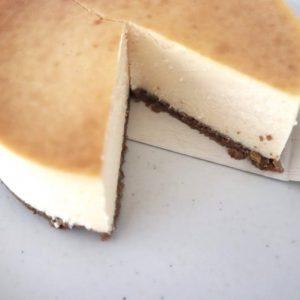 テントンのチーズケーキ(直径約15cm、6~10人分) 4,150円(税込)。 今回は定番のチーズケーキをお取り寄せ。包丁を入れると、下の層のビスケット生地と上のチーズケーキが見事な黄金バランス。  チーズケーキの上手な切り方のポイントは、包丁の刃を熱湯で温め、水気をふき取ってから、刃が温かいうちにカットするのがポイントなのだそう。また切る度に、刃についたケーキはきれいにふき取ってから、またカットするといいみたい。
