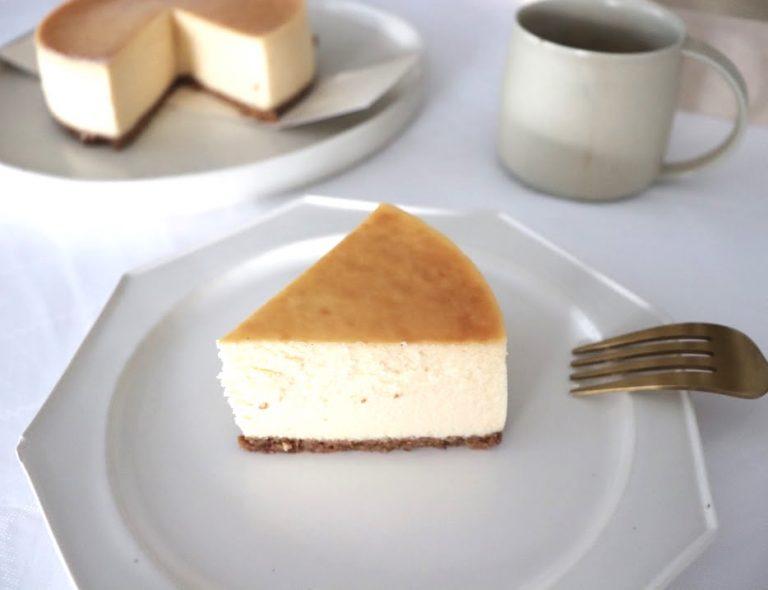 フォークを入れた瞬間の軽やかさとは逆に、いざ食べるとなめらかな口どけで濃厚なチーズケーキが口の中いっぱいに。幸せな感覚が全身に行き渡ります。  濃厚なのに、後味はさっぱりしているのもポイント。  こういったホールケーキって残った分はまた明日のためにとっておこう!と、ちょっとした幸せが続いていくのが嬉しいです。