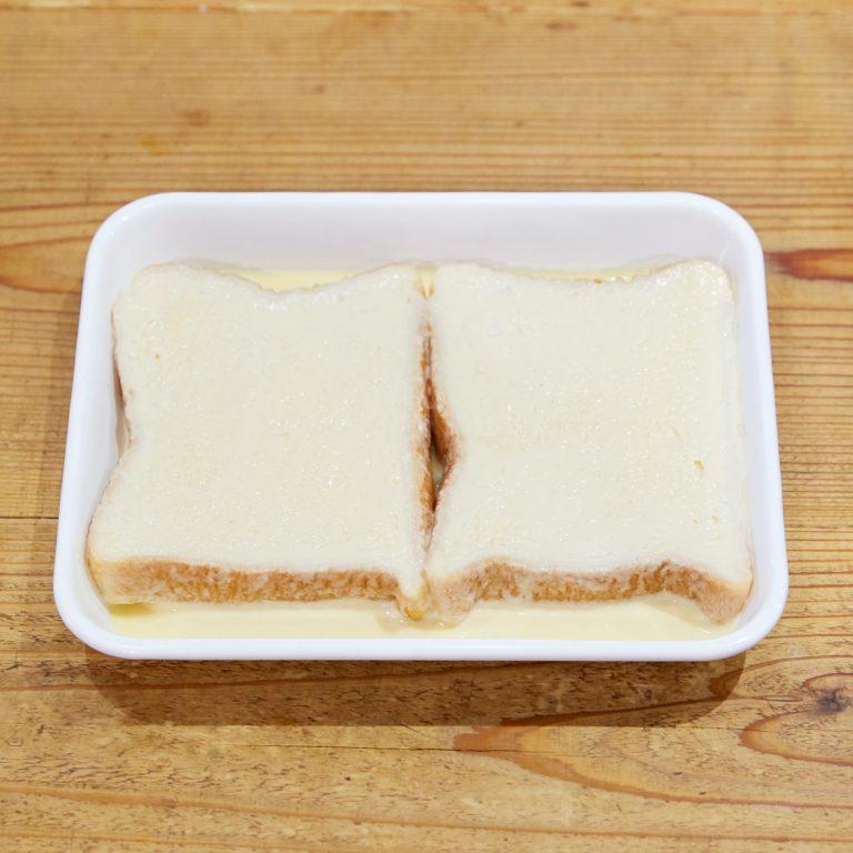 【POINT】パンを押し付けたりせず、ふわっと染み込ませる。