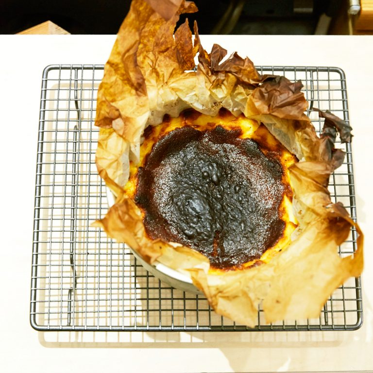 【POINT】40〜45分焼く。表面が黒くなるまで、しっかり焦げ目をつける。