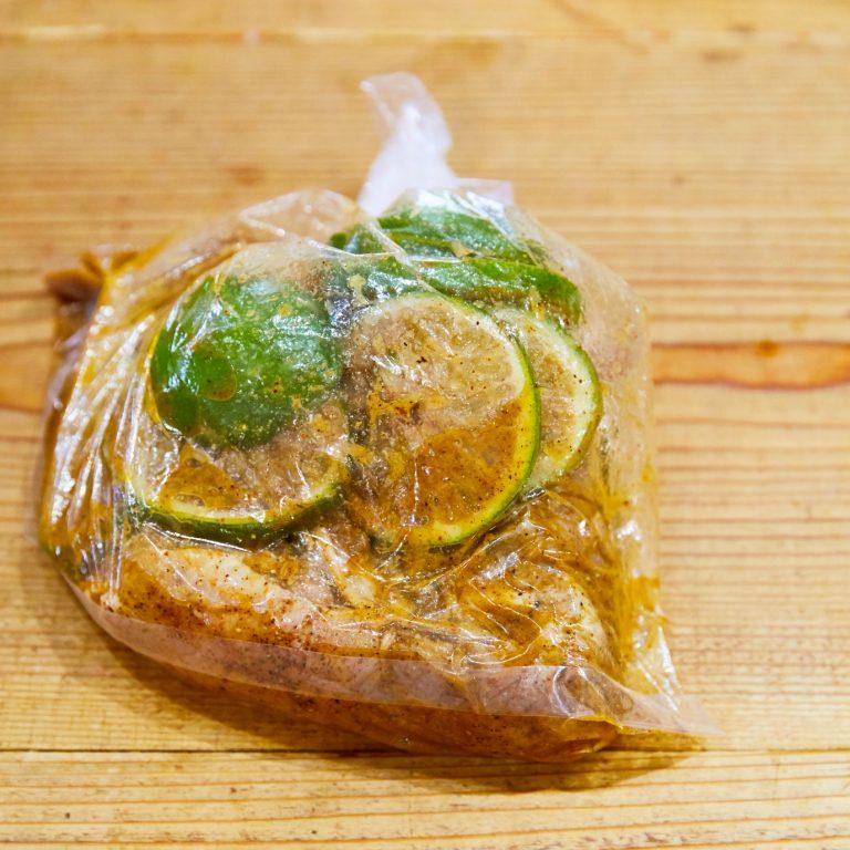 【POINT】豚肉をマリネするには、ポリ袋を使う。