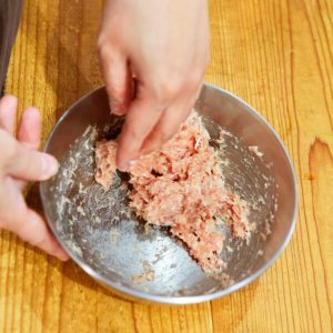 「豆腐つくね」【POINT】つくねのタネは、 粘り気が出てボウルに タネがつくまで混ぜる。