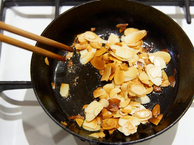 「アーモンドキャロットラペ」POINT:アーモンドは、色付くまで米油でしっかり炒める。