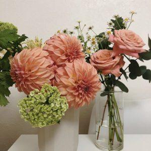 お花は「応援したい!」と思えるお店で、置き場や花瓶をイメージしながらチョイス。満開から枯れていくまでの過程に感動するのが習慣に。 今のお気に入りのお店は、おばあちゃんが営んでいる近所のお花屋さんだそう。