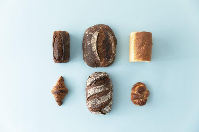 オススメセット2,750円(送料別)。左上から時計回りに、有機チョコブリオッシュペイザンヌ、カントリーブレッド(アメリカ西海岸セントラルミリングの小麦粉など)、クリスピートースト(北海道産ゆめちから、キタノカオリ)、カルダモンロール、キタノカオリ全粒粉100%(北海道の自然栽培生産者・中川農場のキタノカオリを自家製粉)、クロワッサン。
