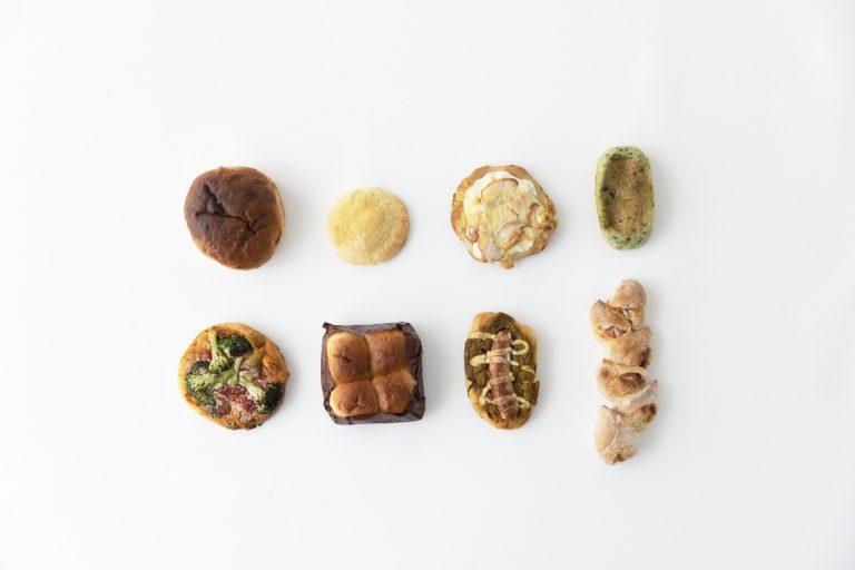 おまかせパンセット3,240円(税込、送料別)。左上から時計回りに、塩フォカッチャ、メロンパン、レンコンとチキンのフォカッチャ、ほうれん草カレー、ベーコンエピ、ソーセージカレーのフォカッチャ、もちパン、野菜のフォカッチャ。撮影時にはほかにも10種のパンが同梱されていた、超お得なセット。食事パンだけでなく、具材入りのパンが入っているのもうれしい。