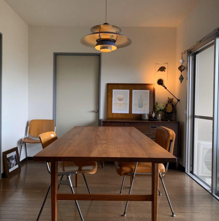 テーブルと右の椅子は旦那さんデザインのもの。奥には好きな作家コーナーが。「〈John〉で展示してもらった作家の作品たちはお気に入りコーナーに」