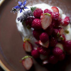 カフェ営業時にケーキをつくってくれる〈Bakeromi〉のいちごのパブロヴァ。「常に食べられる〈John〉だけ!〈Bakeromi〉のスイーツ」(写真:小禄慎一郎)