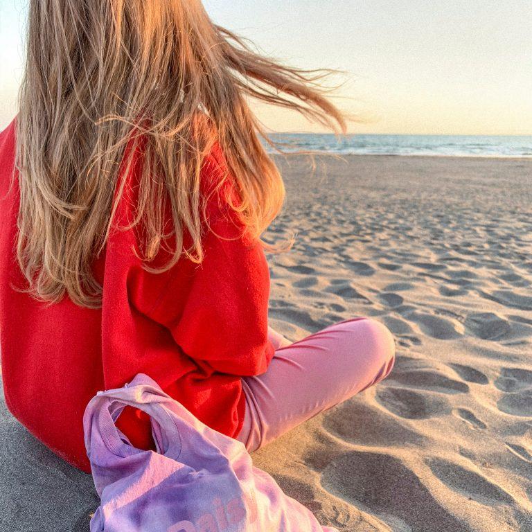 週1は訪れる由比ヶ浜ビーチ。アイテム撮影や創作の合間によく行くマストスポット。「アトリエから徒歩10分。作品のインスピレーションをイメージする由比ヶ浜ビーチ」