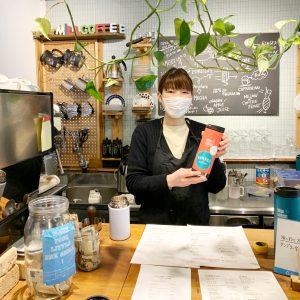 材木座海岸の〈ミルコーヒー〉。客用のタンブラーには「AYAKAWASAKI」ステッカーがキラリ。彼女の鎌倉コミュニティの場。「客用タンブラーに光るブランドステッカーが目印。繋がる鎌倉コミュニティ」