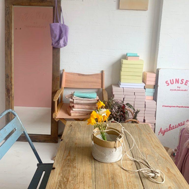 応接室のテーブルは、ウッド作家の友人の作品。作業スペースとしても。