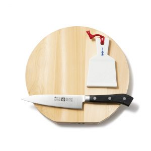 良質な道具で料理の腕もアップ。「丸まな板」21×2×8cm 2,200円、「陶器おろし器 羽子板型」1,800円、「エーデルワイス 洋包丁ペティ」9,000円。/「道具のメンテナンスや海外シェフを案内したりも。(奥田さん)」