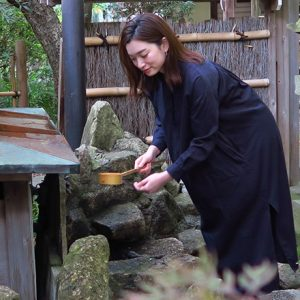「手水を取って心身を清めよう」/MARIKOの、神社 de デトックス!