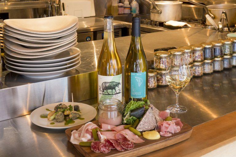 パンチェッタやモルタデッラ、レバームースなどの「シャルキュトリ5種盛り合わせ」1,960円、木の芽ソースを添えた「エスカルゴの串揚げ」980円。/「自然派ワインの品ぞろえがなかなか。値段も良心的(大森さん)」